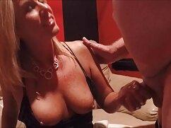 Mamá sedujo a su hijo y comenzó a maduras ardientes mexicanas chuparle la polla frente a la cámara.