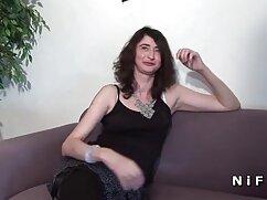 La erótica mexicana caliente porno Sybil A se masturba en un colchón inflable en la piscina